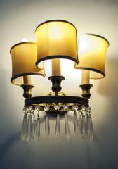 Lampadario con luci accese