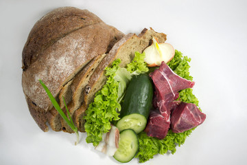 Хлеб с мясом зеленью и овощями
