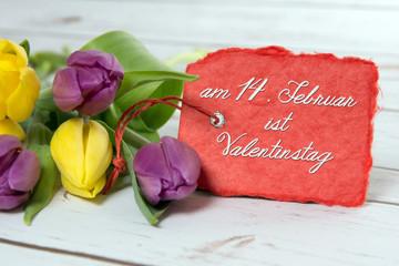Tulpen mit Schild Am 14. Februar ist Valentinstag