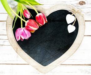 Holztafel in Herzform mit Tulpen