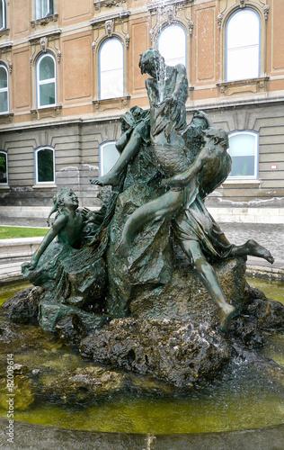 Leinwanddruck Bild Brunnen der fischenden Kinder