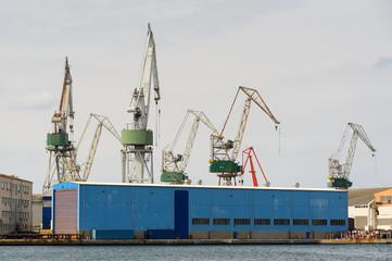 Kräne am Hafen in Pula