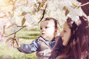 Mädchen zeigt Baby Frühlingsblüten
