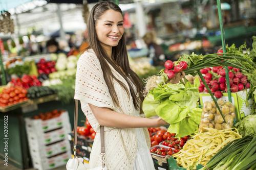 Keuken foto achterwand Boodschappen Young woman on the market