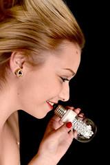 Jeune femme heureuse tenant ampoule diode.