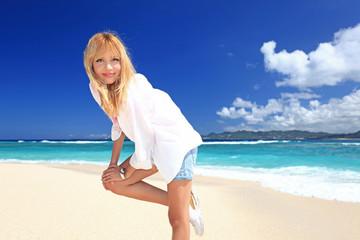 南国沖縄の美しいビーチで寛ぐ笑顔の女性
