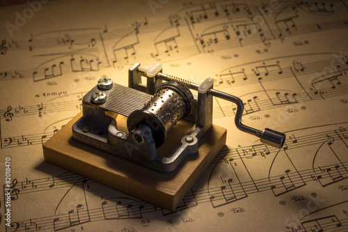 Music box with notes - 82018470
