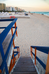 Escaleras a la playa de South Beach en tarde soleada