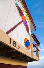 Decoracion colorida de playa en caseta salva vidas en la florida