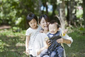 森で遊ぶ親子