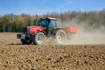Ackerbau, Landwirt bei der Frühjahrsdüngung auf Acker