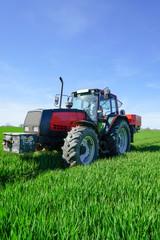 Getreideanbau - Düngung, Schlepper mit Düngerstreuer