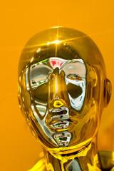 abstrakter goldener Kopf im Glanz