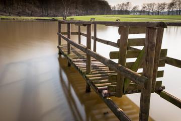 Holzsteg im See - weiches Wasser durch lange Belichtung