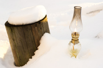 lampka i pień zimą