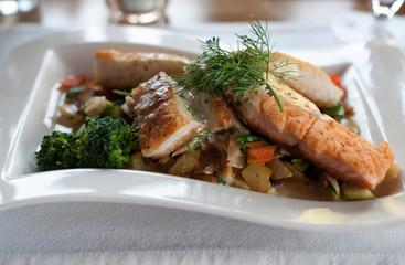 Fischfilet Teller mit frischen Gemüsesorten und Kartoffeln