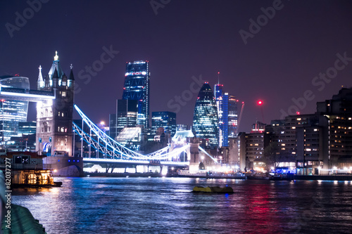 Fototapeta Panoramica notturna del Tower Bridge a Londra