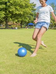 女の子がボールを蹴る瞬間