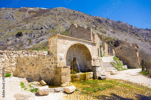 Leinwanddruck Bild Antica fontana nel villaggio di Frattura Vecchia
