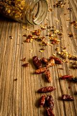 Cayena con tarro sobre madera