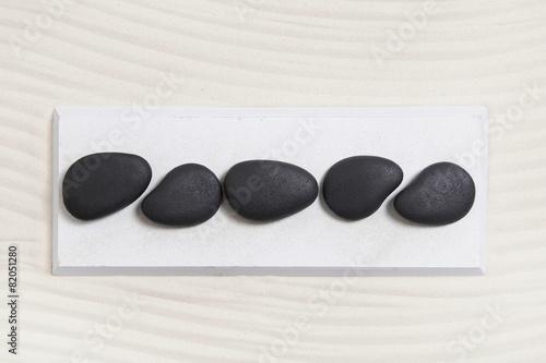 Fünf Steine in schwarz weiß als Hintergrund