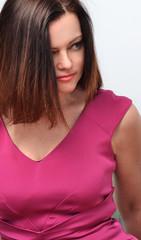 Mujer estilo fashion con vestido rosado.