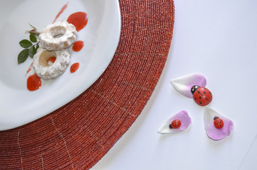 Canestrelli con mousse di fragole e coccinelle