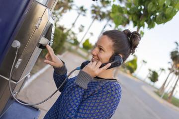 Chica en cabina telefónica.
