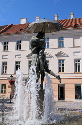FOUNTAIN MAN AND WOMAN KISSING - 82055447