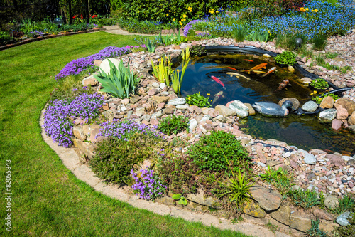 Deurstickers Tuin Teichanlage mit Koi´s im Frühling