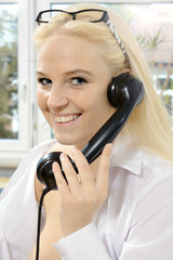 Frau telefoniert mit Telefon