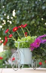 Dekorativer Blumentopf im Garten