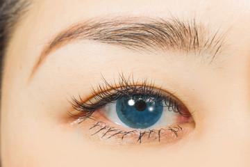 アジア人 つけまつげと青色カラーコンタクトレンズ Eyes of the Asian woman