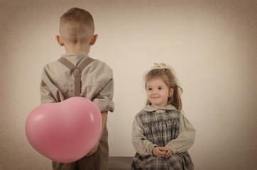 Junge schenkt Mädchen ein Herz
