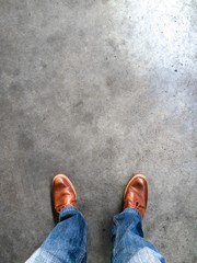 piedi sull'asfalto