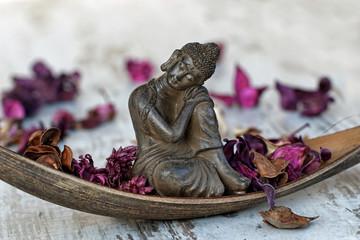 Buddha in einer Palmblattschale
