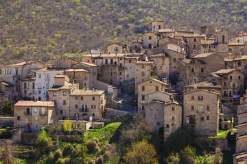 Piccolo borgo di montagna abruzzese