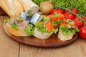 Fischsnacks, Hering, Lachs, Thunfisch, Baguette, Tomaten, Salat