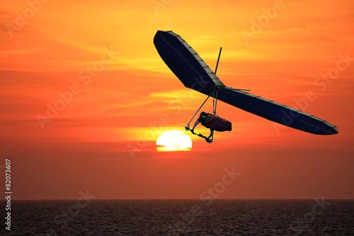 Leinwanddruck Bild Hang Glider at sunset