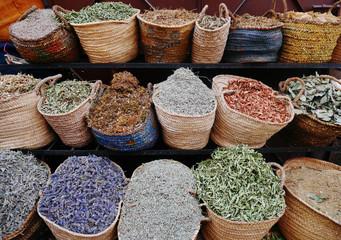 Beim Kräuterhändler - at the herbalist's