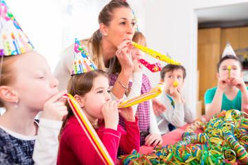 Kinder feiern Geburtstag mit Luftschlangen