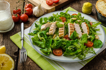 Arugula and lamb's lettuce with grilled chiken