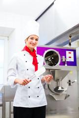 Eisherstellung in Küche von Eisdiele oder Eiscafe
