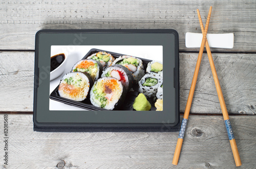 Papiers peints Japon Online Japanese food delivery concept with sushi rolls on an ele