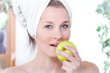 Junge Frau isst einen Apfel