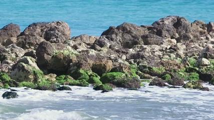Lingua di rocce tra le onde