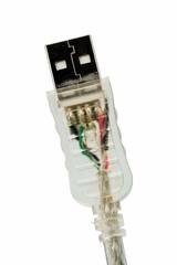 USB-Kabel vor weißem Hintergrund