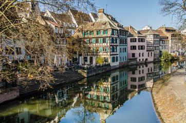 Historische Fachwerk Häuser spiegeln sich im Kanal in Straßburg