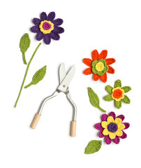 gehäkelte Blumen mit Blumenschere