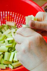 rhubarbe, couper en morceaux